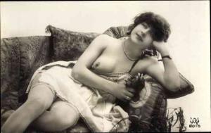 Ak Erotik, Frau auf einem Sofa, Busen