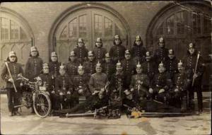 Foto Ak Deutsche Soldaten in Uniformen, Pickelhauben, Feuerwehr, Motorrad, Ausrüstung