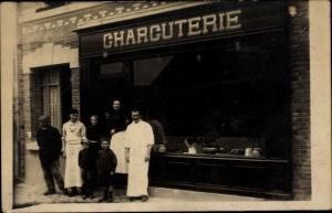 Foto Ak Charcuterie, Personen vor einem Geschäft