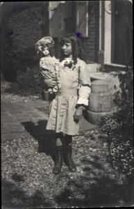 Foto Ak Mädchen mit Puppe, Kinderportrait