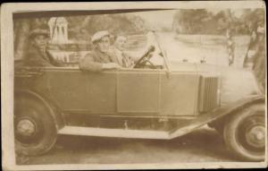 Foto Ak Drei Männer in Automobil mit offenem Verdeck