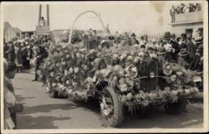 Foto Ak Mit Blumen geschmücktes Automobil, Festumzug