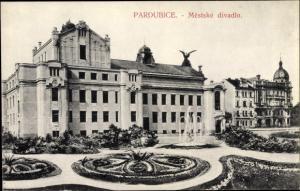 Ak Pardubice Pardubitz Stadt, Mestske divadlo, Brunnen
