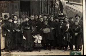 Foto Ak Frankreich, Menschengruppe vor einem Geschäft