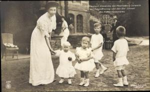 Ak Großherzogin Alexandra von Mecklenburg Schwerin, Erbgroßherzog und drei Söhne
