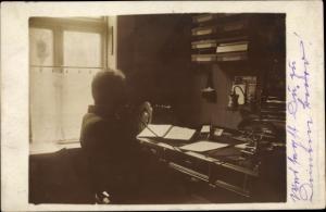 Foto Ak Telefonierender Mann am Schreibtisch, Telefon
