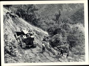 Ak Une des taches de l'armée de pacification, construction d'une piste en montagne