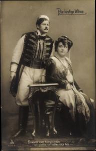 Ak Schauspieler aus Die lustige Witwe, Mann und Frau in Kostümen