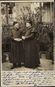 Foto Ak Bischöfe vor einem Wohnhaus, Berlin
