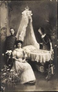 Ak Kronprinz Wilhelm von Preußen, Kronprinzessin Cecilie, Auguste Viktoria, Wilhelm in der Wiege