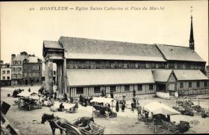 Ak Honfleur Calvados, Eglise Sainte Catherine et Place du marche, Pferd
