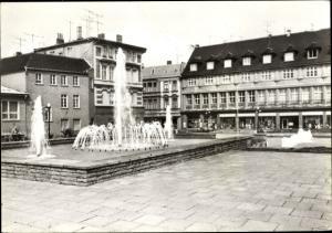 Ak Staßfurt Sachsen Anhalt, Springbrunnen an der Karl Marx Straße