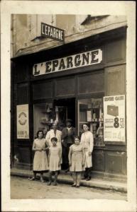 Foto Ak Personen vor einem Geschäft, L'Epargne