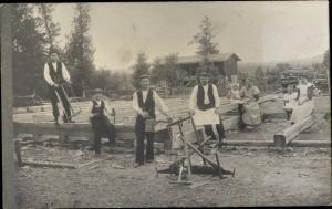 Foto Ak Männer beim Hausbau, Tischler, Holzbalken