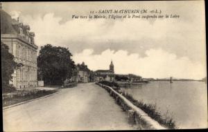 Ak Saint Mathurin sur Loire Maine et Loire, Blick auf das Ufer der Loire, Kirche, Rathaus, Brücke