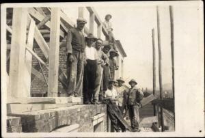 Foto Ak Männer beim Hausbau, Tischler