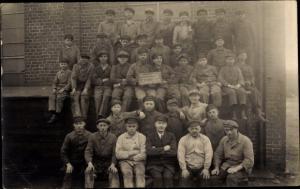 Foto Ak Arbeiter der Anlernwerkstatt Königin Elisabeth, Ostern 1931, Gruppenbild