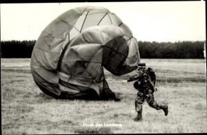 Ak Bundeswehr, Nach der Landung beim Umlaufen des Fallschirms, Fallschirmspringer