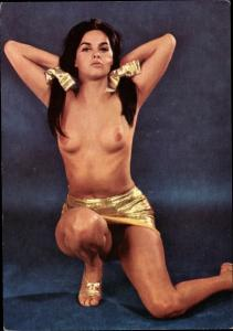 Ak Geraldine, barbußige Frau in goldenem Minirock, Akt Studio X, Kurfürstendamm Berlin