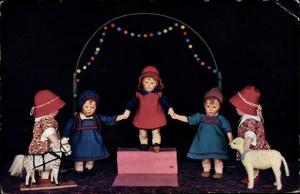 Ak Puppen halten Händchen, Spielzeugpferd, Lamm, Photochromie