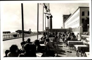 Ak Frankfurt am Main, Flughafen Rhein Main, Empfangsgebäude mit Flugzeugrampe, Kaffeegarten