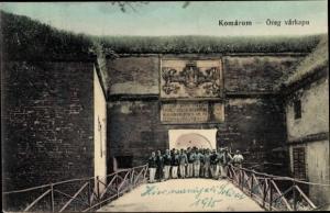 Ak Komárom Komorn Ungarn, Orge varkapu, KuK Soldaten am Eingangstor 1915, Wappen