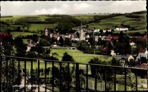 Ak Hellenthal in der Eifel in Nordrhein Westfalen, Kirche, Panorama vom Ort