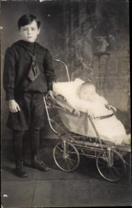 Foto Ak Junge und Baby im Kinderwagen, Kinderportrait
