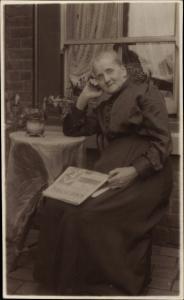 Foto Ak Portrait einer alten Frau mit Zeitung