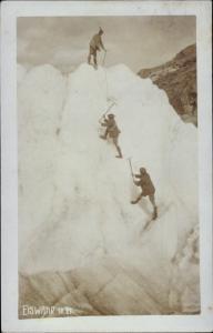 Ak Bergsteiger an der Eiswand mit Eispicken