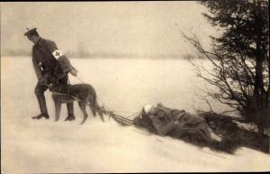 Ak Sanitätshund Troll zieht den Verwundeten auf den Skiern seines Führers