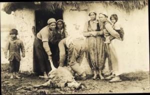 Foto Ak Ort Niseh, Schlachtung eines Schafes