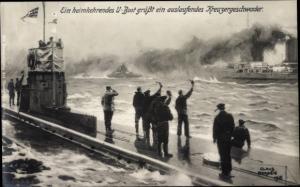 Künstler Ak Bergen, Claus, Heimkehrendes U-Boot grüßt ein auslaufendes Kreuzergeschwader