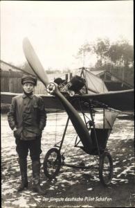 Ak Der jüngste deutsche Pilot Schäfer, Portrait, Propellerkleinflugzeug