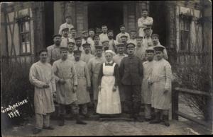 Foto Ak Ciechocinek Kujawien Pommern, Gruppenfoto vor einem Stadthaus
