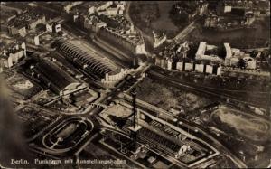 Ak Berlin Westend, Funkturm mit Ausstellungshallen, Fliegeraufnahme