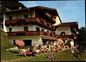Ak Hippach Schwendberg in Tirol, Gasthof Berghof, Außenansicht, Besucher, Sonnenschirme