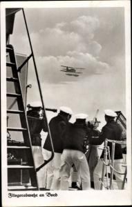 Ak Fliegerabwehr an Bord, Marine Soldaten am Geschütz, Wasserflugzeug in der Luft