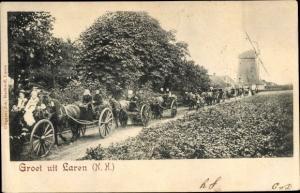 Ak Laren in Nordholland, Straßenpartie, Kutsche, Windmühle