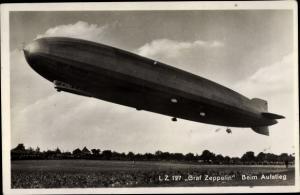 Ak LZ 127 Graf Zeppelin Luftschiff beim Aufstieg