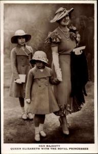 Ak Queen Elizabeth with the Royal Princesses, Portrait