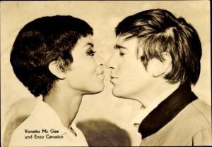 Ak Schauspieler Vonetta McGee und Enzo Cerusico, Portrait