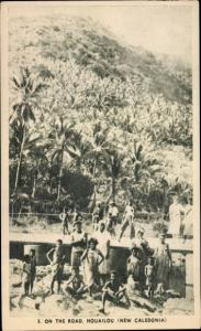 Ak Nouvelle-Calédonie Neukaledonien, auf der Strasse, Houailou