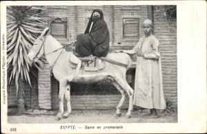 Ak Ägypten, Dame en promenade, verschleierte Frau auf einem Esel