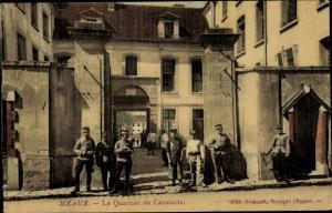 Ak Meaux Seine-et-Marne, Le quartier de Cavalerie, entrée, groupe de soldats