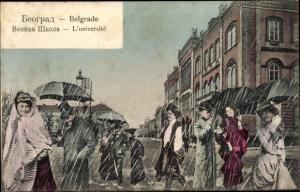 Ak Belgrad Beograd Serbien, Universität, Frauen und Männer im Regen, Regenschirme