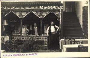 Foto Ak Sarajevo Bosnien Herzegowina, Kafana Aeroplan, Männer in bosnischer Tracht