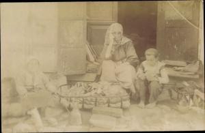Foto Ak Bitola Monastir Mazedonien, Frauen und Kinder in mazedonischer Tracht
