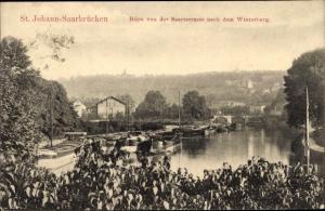 Ak Saarbrücken, St. Johann, Blick von der Saarterrasse nach dem Winterberg, Binnenschiffe, Brücke