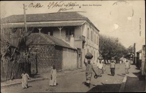Ak Dakar Senegal, Ecole des Garcons, Jungenschule, Passanten auf der Straße